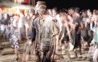 uomo in ansia nella folla